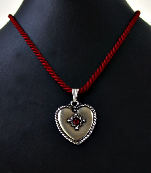 Halschmuck aus dunkelroter Kordel mit Herzanhänger
