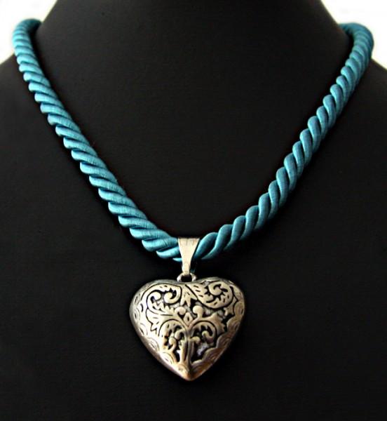 Halschmuck aus dicker Kordel mit schön verzierten Herzanhänger