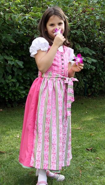 Dirndlkleid pink mit rosa-grün-gestreifter Schürze von Isar Trachten