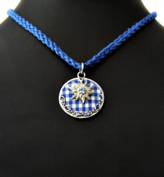 kariertes Medallion mit Edelweiß an blauer Kordel
