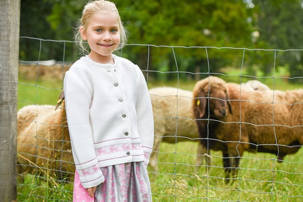 Naturweiße Kinderstrickjacke mit rosa Hirschen, Isar Trachten
