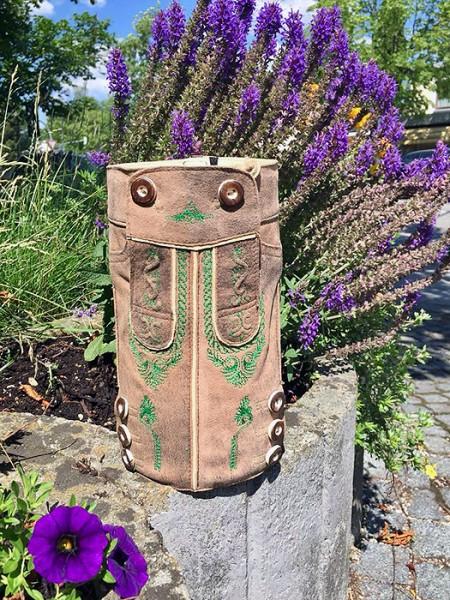 Wein- bzw. Sektkühler im Lederhosen-Look mit grünen Stickereien