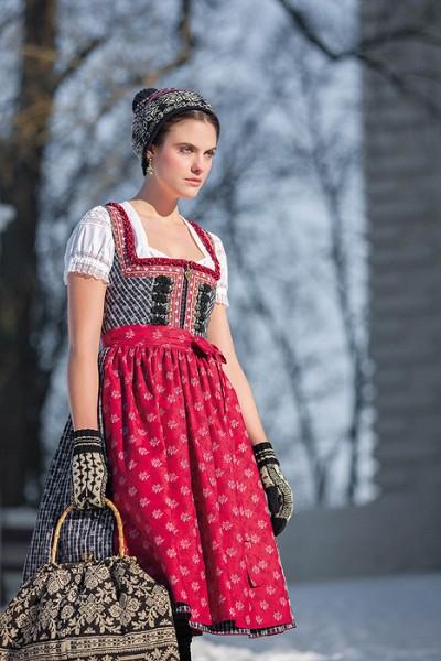 """Midi Dirndl """"Achleit"""" in schwarz mit rot und zwei Schürzen, Sportalm"""