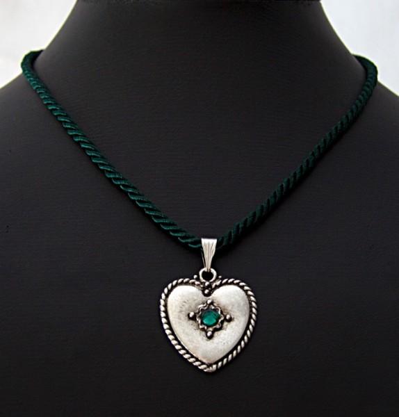 Halschmuck aus dunkelgrüner Kordel mit Herzanhänger